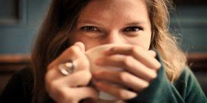 chica bebiendo té